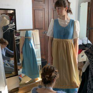 Produzione dei costumi per le damigelle.